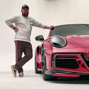 TECHART Berater Sebastian Seifert steht neben Porsche